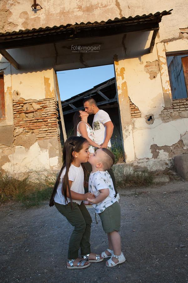 FOTOYMAGEN-PreBoda-Jenni-y-Luis-+-Hijos-Arahal-Cortijo-Mejillan-PreBoda-Natural-(1)