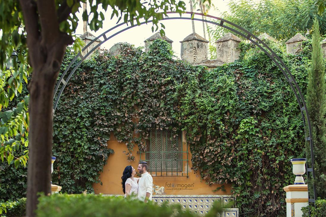 FOTOYMAGEN-PreBoda-Alcia-y-Jonathan-Sevilla-Barrio-Santa-Cruz-La-Juderia-Rio-Guadalquivir-Puente-Triana-(2a)
