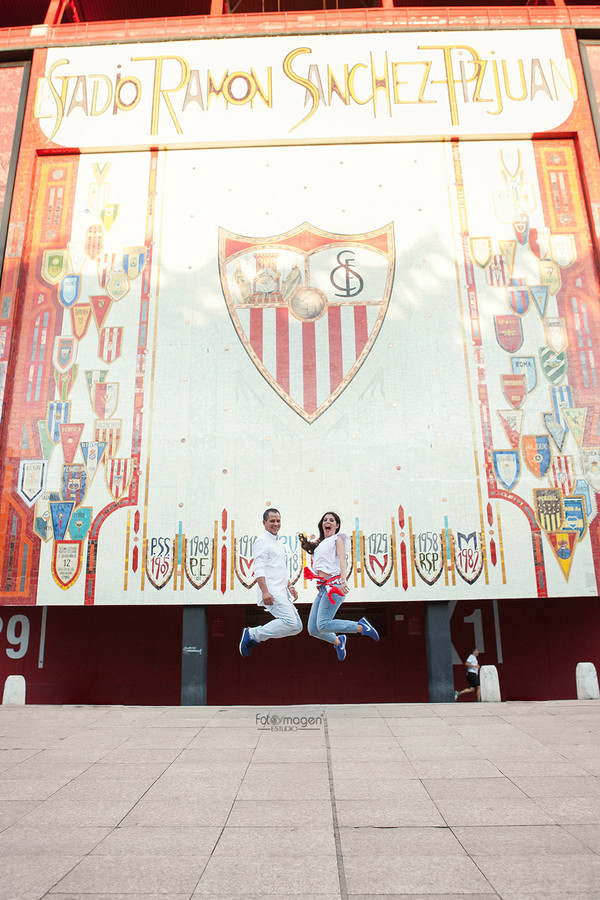 FOTOYMAGEN-PreBoda-Ezequiel-y-Gema-Sevilla-FC-Campo-Sanchez-Pizjuan-Giralda-Barrio-Santa-Cruz-Triana-Puente-Triana-(2)