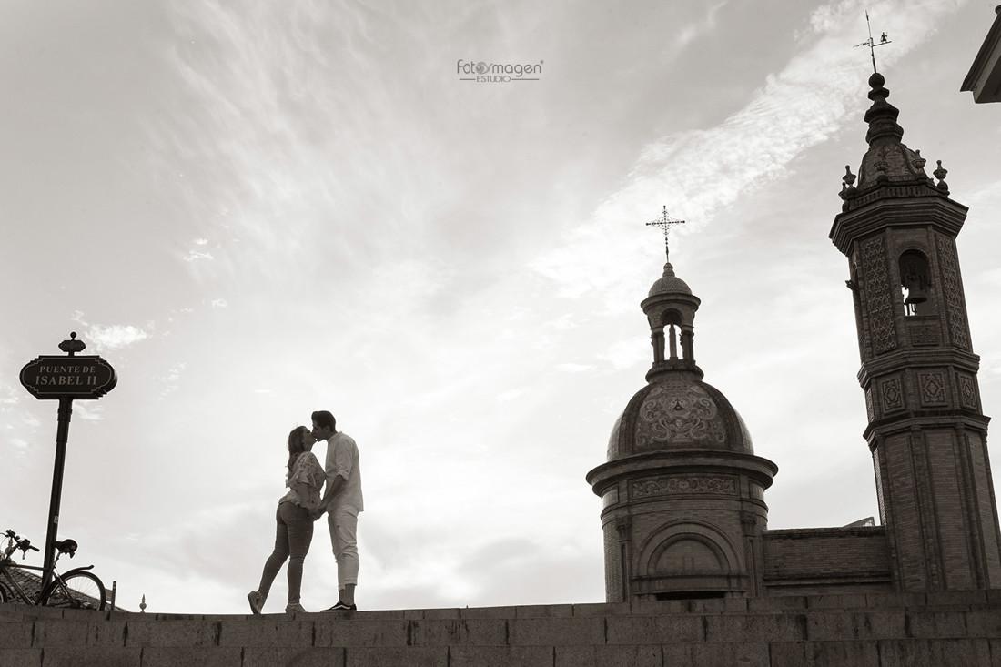 FOTOYMAGEN-PreBoda-Inma-y-Antonio-PREboda-Sevilla-Marchena-Pedrera-Rio-Guadalquivir-Puente-de-Triana-Natural-y-Elegante-(2)