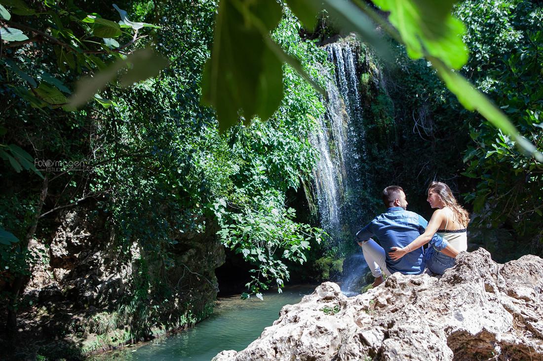 FOTOYMAGEN-Preboda-Jose-y-Vane--Rivera-del-Hueznar-Cataratas-Nacimeinto-del-Hueznar--San-Nicolas-del-Puerto-Bodas-Marchena-Fotografo-de-Bodas-(1)